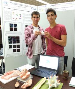 Austauschschüler Santiago Nicolás Villaverde (18) und Ignacio Lucas Mohr (18) haben ihre hochkomplexe und nur Vollbiologen zugängliche Forschungsarbeit aus Argentinien  mit gebracht.Foto: Diether v. Goddenthow