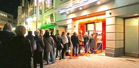 Großer Andrang vor der Caligari-Filmbühne Wiesbaden zum Gala-Abend des Fernsehkrimifestival. Foto: Heike v. Goddenthow