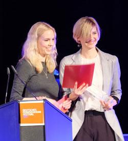 Sarah Müller, die Sprecherin der Publikumsjury gemeinsam mit Stefanie von Heydwolff (ZDF) bei der Preisüberreichung in der Caligari-Filmbühne.  Foto: Diether v. Goddenthow