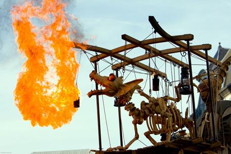 Marionettentheater vom Feinsten: Ottfried, der Feuer speiende Drache, wird in diesem Jahr erstmalig das Publikum auf der Johannisnacht begeistern. Copyright: Les Contes d'Asphalt