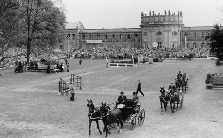 In den ersten Jahren des PfingstTurniers wurde noch oben vor dem Schloss gesprungen Foto: WRFC