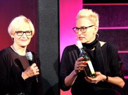 Cathrin Ehrlich, Festivalleiterin und Bärbel Schäfer dankten dem Sponsor- Weingut  Udo Ott.   Foto: Diether v. Goddenthow