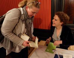 Esmahan Aykol beim Signieren ihrer Bücher in der Villa Clementine.  Foto: Diether v. Goddenthow