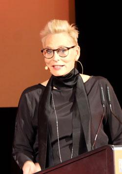 """Moderatorin des Abends Bärbel Schäfer gleich zu Beginn mit einer großen politischen Botschaft: """"Meinungs- und Pressefreiheit!"""".Foto: Diether v. Goddenthow"""