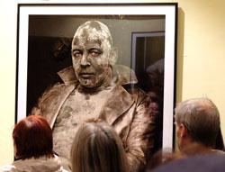 """Besondere Begeisterung am Portrait von Ben Becker. Er wurde eine Stunde  täglich für die Rolle des Tod im """"Jedermann"""" geschminkt. Foto: Diether v. Goddenthow"""