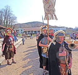 Die Cohorte XXVI. Vol C.R. Rheinbrohl marschiert auf dem Exerzierplatz des Erlebnismuseums.Foto: Diether v. Goddenthow.