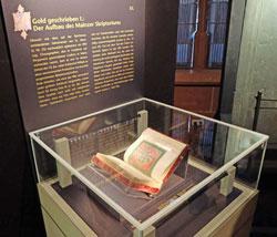Zahlreiche Mitarbeiter der Trierer Werkstatt kamen erst nach dem Tod des Trierer Erzbischofs nach Mainz und hatten großen Einfluss auf die weitere Entwicklung des Mainzer Skiptoriums. Hier eines der vier gezeigten ottonischen Prunk-Schriften. Foto: Diether v. Goddenthow