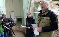 Dr. Ina Hartwig, Dezernentin für Kultur und Wissenschaft und Zoodirektor Professor Dr. Manfred Niekisch hofften mit den Presseleuten, dass Vanni sein neues Zuhause annehmen würde.Foto: Diether v. Goddenthow