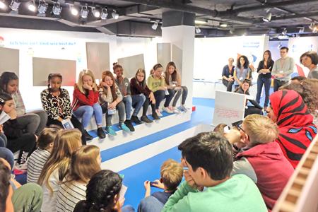 Im Kinderparlament werden die Themengebiete der Kinderrechts-Stationen gemeinsam aufgearbeitet, zusammengeführt und Wünsche an den Kinderbeauftragten der Stadt Frankfurt weitergeleitet. Foto: Diether v. Goddenthow
