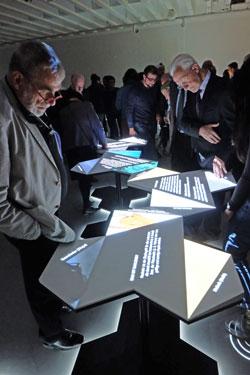 Die ersten Besucher testen die interaktiven Installationen. Foto: Diether v. Goddenthow