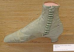 Selbst Original- Schuhe von Maria Theresia, 1850, sind im Ledermuseum zu bewundern. Foto: Diether v. Goddenthow
