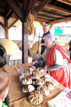 Schon der würzig feine Back-Duft ist ein Genuss wenn die  Römerbrote aus den Kuppelöfen geholt werden. Foto: Diether v. Goddenthow