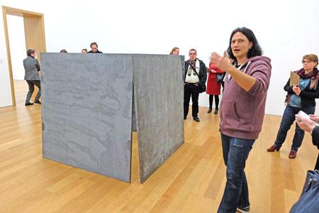 Dr. Jörg Daur, Kurator und stellvertretender Museumsdirektor führt durch die Ausstellung. Hier vor der Skulptur House of Cards (Kartenhaus). Sie ist eine der wichtigsten Arbeiten von Richard Serra aus der Serie der Prop-Skulpturen. Sie zeigt exemplarisch Serras Prinzip des Aneinanderlehnens der einzelnen Bleiplatten ebenso wie das fragile Gebilde und die letztlich auch spielerische Aufstellung. Die Skulptur kann nur existieren, wenn alle vier tonnenschwere Bleiplatten zugleich aneinander lehnen. Foto: Diether v. Goddenthow