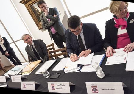 Kunst- und Kulturminister Boris Rhein unterschreibt den Schenkungsvertrag. Foto © Museum Wiesbaden