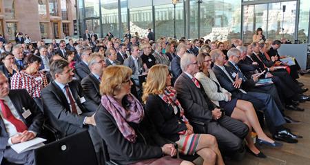 Über 200 Akteure aus Kommunen, Kammern, Verbänden, Wirtschaft und Politik waren  der Einladung der hessischen Landesregierung in den KulturBahnhof Bad Homburg gefolgt. Foto: Diether v. Goddenthow