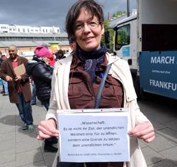 """Anette Thumser von den Humanisten mit dem Brechtzitat: """"Wissenschaft: Es ist nicht ihr Ziel, der unendlichen Weisheit eine Tür zu öffnen, sondern eine Grenze zu setzen dem unendlichem Irrtum"""".Foto: Diether v. Goddenthow"""