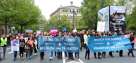 Demo-Impression March for Science Frankfurt am 22. April 2017. Hier: vorbei an der Alten Oper.Foto: Diether v. Goddenthow