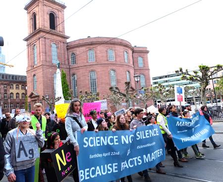 Der March for Science Frankfurt, vorbei an der Paulskirche, dem Symbol deutscher freiheitlicher Demokratie schlechthin. Foto: Diether v. Goddenthow