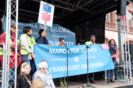 "Gemeinsam lautstark im Chor: ""We want facts, nothing else."" Foto: Diether v. Goddenthow"