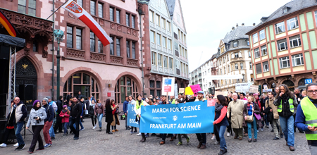 Der March for Science Frankfurt erreicht den Römerberg Foto: Diether v. Goddenthow