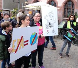 Demonstranten mit Schrifttafeln gegen Leugnung des Klimawandels.Foto: Diether v. Goddenthow