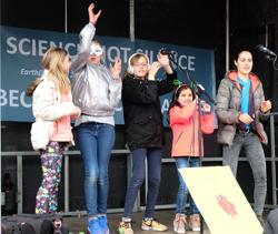 Tanzen für Freiheit und Frieden - Jugendliche unterhalten mit einer spontanen Impro-Dance-Show Foto: Diether v. Goddenthow