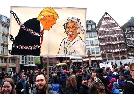 Trump, wehe wenn er völlig von der Kette gelassen wird. Super Motiv beim March for Sciene, der Künstler schaut uns unten an. Danke! Hier bei der Abschlusskundgebug auf dem Römerberg. Foto: Diether v. Goddenthow © atelier-goddenthow