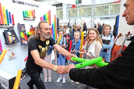 Schüler testen unter fachkundiger Anleitung Boomwhackers auf der Frankfurter Musikmesse. Boomwackers sind Perkussions-Kunststoffröhren unterschiedlicher Länge zum gemeinsamen rhythmischen Spiel diatonische Tonleiter. Macht viel Spass. Foto: Diether v. Goddenthow