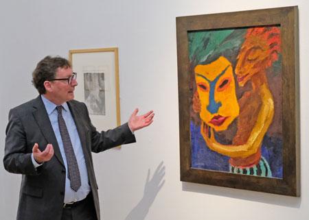 """Dr. Ulrich Luckhardt, Kurator u. Leiter des Internationalen Tage, hier mit Emil Noldes Werk """"Die Maske"""", entstanden 1920. Nolde Stiftung Seebüll. Foto: Diether v. Goddenthow"""