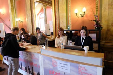 Das Festivalzentrum mit Info- und Pressecounter im Gesellschaftshaus der Casino-Gesellschaft ist bereits seit heute Vormittag geöffnet. Foto: Diether v. Goddenthow