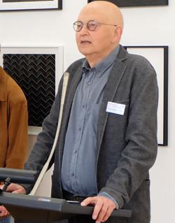 Ulrich Meyer-Husmann, Vorsitzender »Verein zur Förderung künstlerischer Projekte mit gesellschaftlicher Relevanz e.V. bei seiner humorvollen Begrüßung. Foto: Diether v. Goddenthow