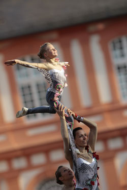 Sie schwebt ganz oben, auf Höhe der Schlossfenster, den Park im Blick –  neue Stars beim Wiesbadener PfingstTurnier! Foto: WRFC · Toffi