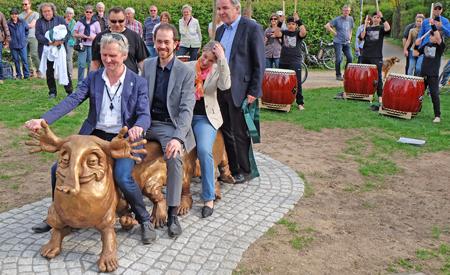 """Man kann ihn nicht nur streicheln, sondern auch auf ihm reiten. Im Hintergrund die Gruppe """"Gallus-Donner"""".Foto: Diether v. Goddenthow"""