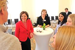 Die Ministerpräsidentin im Gespräch mit einer der Gruppen aus 24 Landkreisen u. 12 kreisfreien Städten. Foto: Diether v. Goddenthow