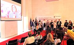 Im Stresemann-Saal gab es den ganzen Tag über Filmvorführungen bei Kaffee und Kuchen.Foto: Diether v. Goddenthow