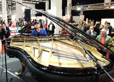 Der international bekannte Pianist Joey Calderazzo am gläsernen Flügel. Foto: Diether v. Goddenthow
