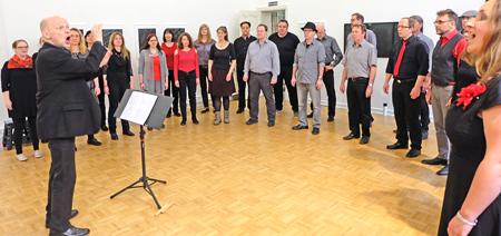 Der Popchor / Jazzchor Wiesbaden,  mit seinem Dirigenten Clemens Schäfer,  präsentierte wieder raffinierte Harmonien, mitreißende Rhythmen und ein homogenen Sound bei der Eröffnung im Bellevue-Saal. Foto: Diether v. Goddenthow