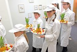 """""""Europäische Miniköche"""" reichen Obstspießchen. Foto: Diether v. Goddenthow"""