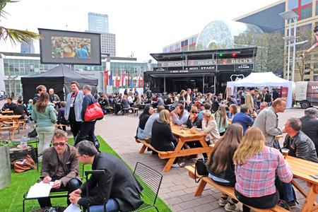Musikmesse - bei schönem Wetter wie gestern herrscht auch im Außenbereich gute Stimmung.Foto: Diether v. Goddenthow
