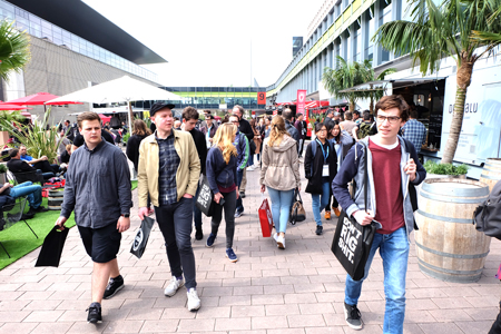 Schon am ersten Tag war bei gutem Wetter der Ansturm auf die Frankfurter  Musikmesse und Prolight + Sound groß. Foto: Diether v. Goddenthow