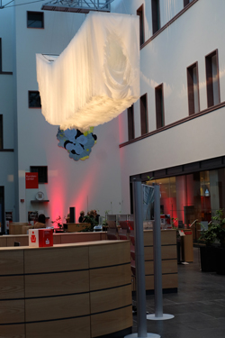 """Schalterhalle der Nassauischen Sparkasse. Dr. Alexander Klar hatte dort ins Werk von Angela Glajcar """"Terfoationn 2.0"""", eingeführt. Werke der Künstlerin sind auch im Museum Wiesbaden zu sehen. Foto: Diether v. Goddenthow"""