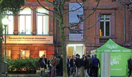 """Nassauischer Kunstverein, mit Food V(e)gan-Wagen, lockte unter anderem mit """"Follow Fluxus 2017"""" - hier fand die Abschlussparty statt.Foto: Diether v. Goddenthow"""