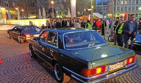 Das Rollende Museum Wiesbaden, hier an der Haltestelle auf dem Dern'schen Gelände am Stadtmuseum (SAM),  hatte bis Mitternacht wieder den Shuttle -Service der  17. Kurzen Nacht der Galerien und Museen  mit 80 Oldtimern übernommen. Foto: Diether v. Goddenthow
