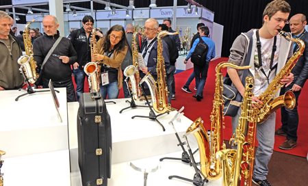 Tradionelle Blasinstrumente werden zunehmend mit digitalen Komponenten, Tonabnehmern etc. ausgestattet. Foto: Diether v. Goddenthow