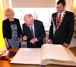 Professor Dr. med. Ekkehard Genth trägt sich ins Goldene Buch der Stadt ein. Foto:. D. v. Goddenthow