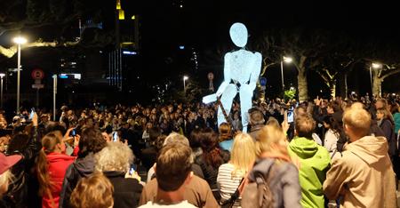 """Mit der Performance """"Dundu"""" erwachte eine 2,80 hohe Lichtpuppe zum Leben, hier in der Nähe des Museum für Kommunikation.  Foto: Diether v. Goddenthow © atelier-goddenthow"""