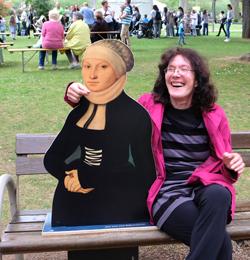 Bärbel Fehr, eine begeisterte Kultursommerbesucherin hier mit Luthers Weib Katharina von Bora auf einer Bank im Kurpark.Foto: Diether v. Goddenthow © atelier-goddenthow
