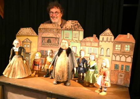 """Detlef Heinichen vom Theatrium Dresden fertigte in Familienarbeit selbst die Figuren zum Stück """"Lieber Martin - Luther für Kinder"""". Foto: Heike v. Goddenthow © atelier-goddenthow"""