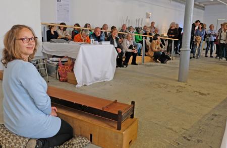 Karin Hans im Install kurz bevor sie mit ihrer Klang-Performance beginnt. Foto:. Diether v. Goddenthow