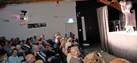 """Bis auf den letzten Platz war der Theatersaal des Puk belegt, als Museumsleiter Markus Dorner (ganz rechts) das """"Kleine Konzert mit großen Marionetten"""" mit Leben erfüllt. Foto:. Diether v. Goddenthow"""